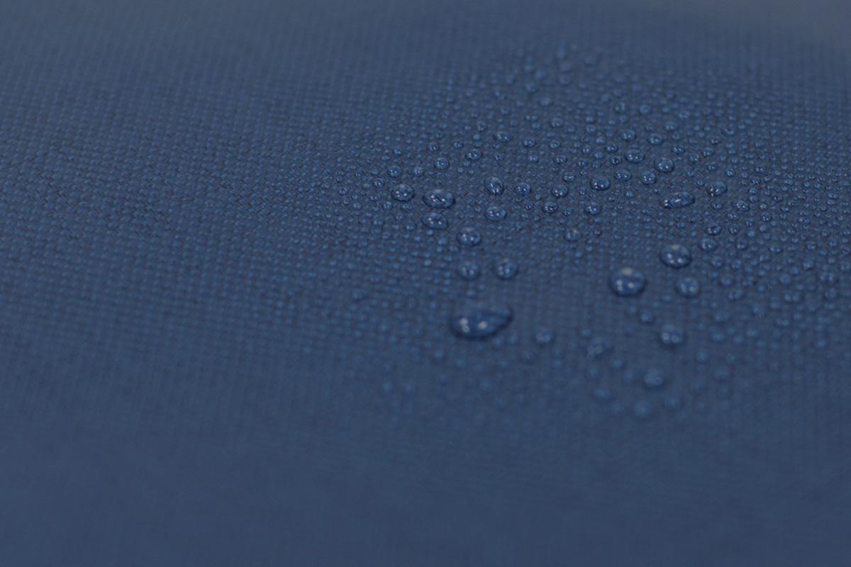 採用輕量、防潑水布料,並搭配環保皮革滾邊,增添造型。
