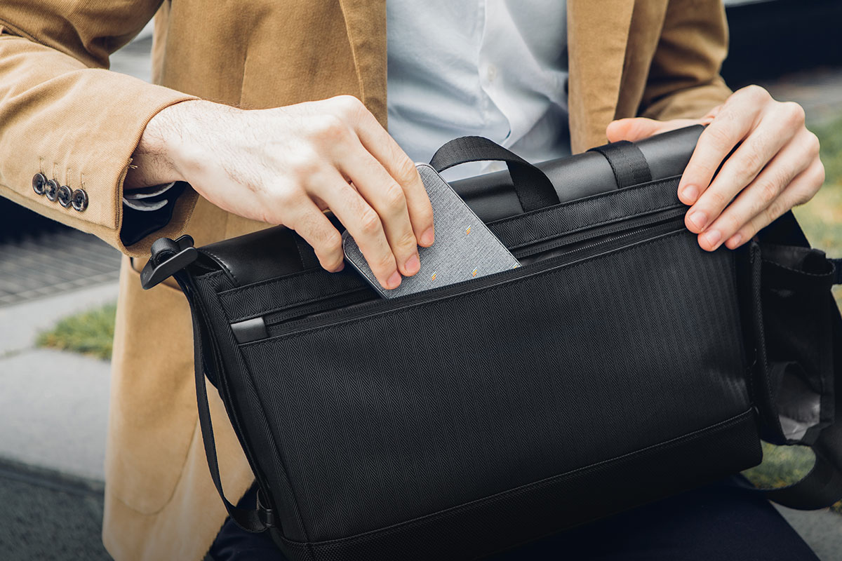 Mantén tus pertenencias seguras en el bolsillo trasero con cremallera completa.
