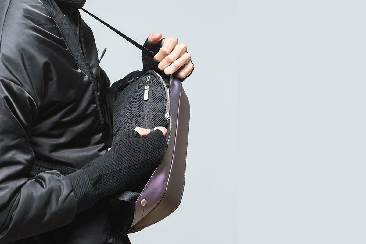 精巧的內部可裝置智慧型手機和其他小型裝置的隔層袋。