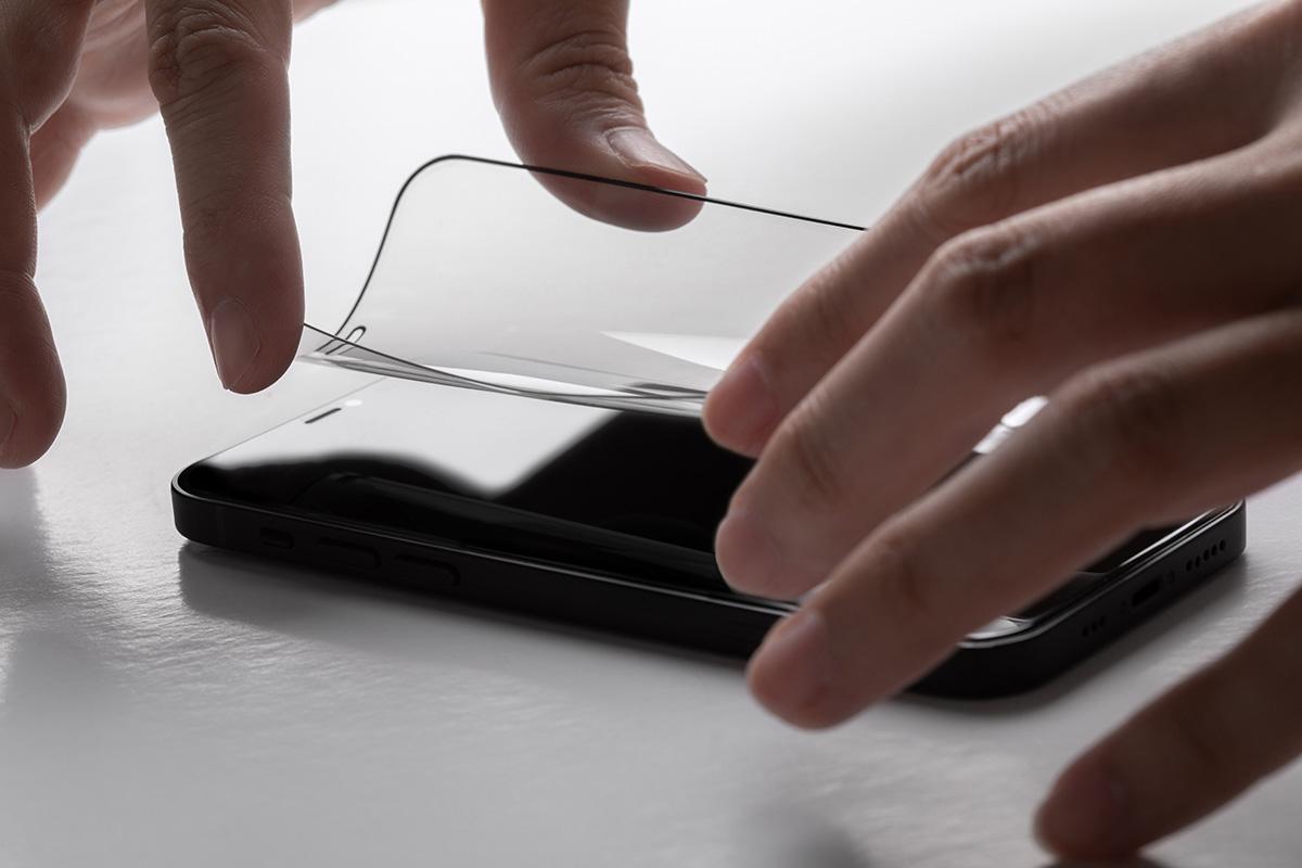 Специально разработанный клейкий слой помогает быстро устранить воздушные пузырьки для облегчения процесса установки и не оставляет на экране следов при снятии.