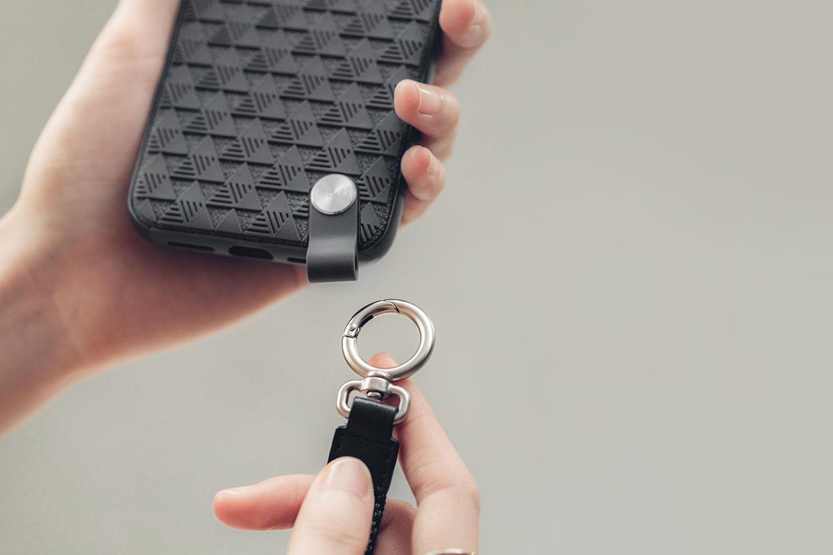 Съемный ремешок на запястье позволит не держать телефон в руках.