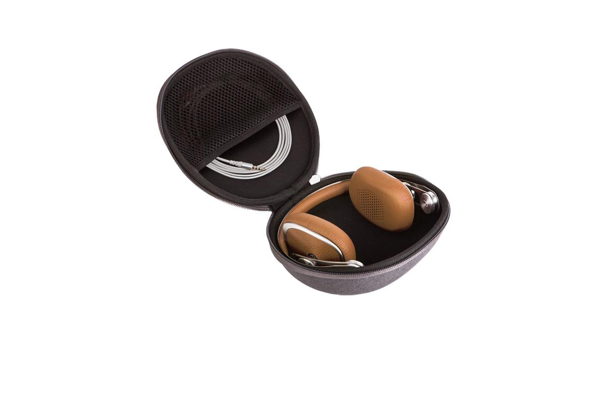 Портативные наушники со складным стальным оголовьем и удобным чехлом.