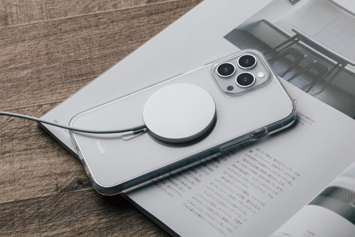 MagSafe充電の対応が可能であり、iPhoneはワイヤレスでマグネット式に正しい充電位置にスナップオンします。