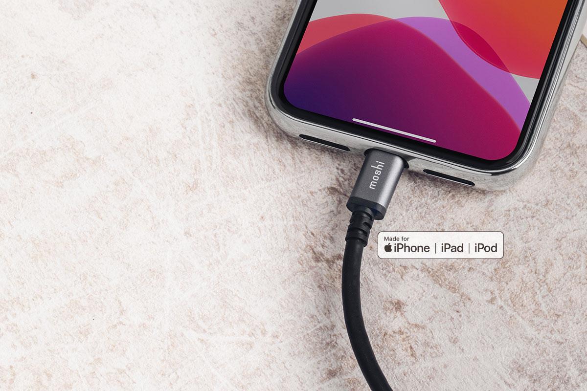 本產品採蘋果最新 Lightning 接頭(C94),確保準確的充電電壓,延長裝置電池壽命,防止長期損害,這也是為何需選用經 MFi 認證傳輸線的原因。