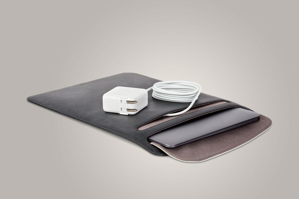 Чехол Muse вмещает iPad и оснащен внешним карманом для адаптеров и кабелей.