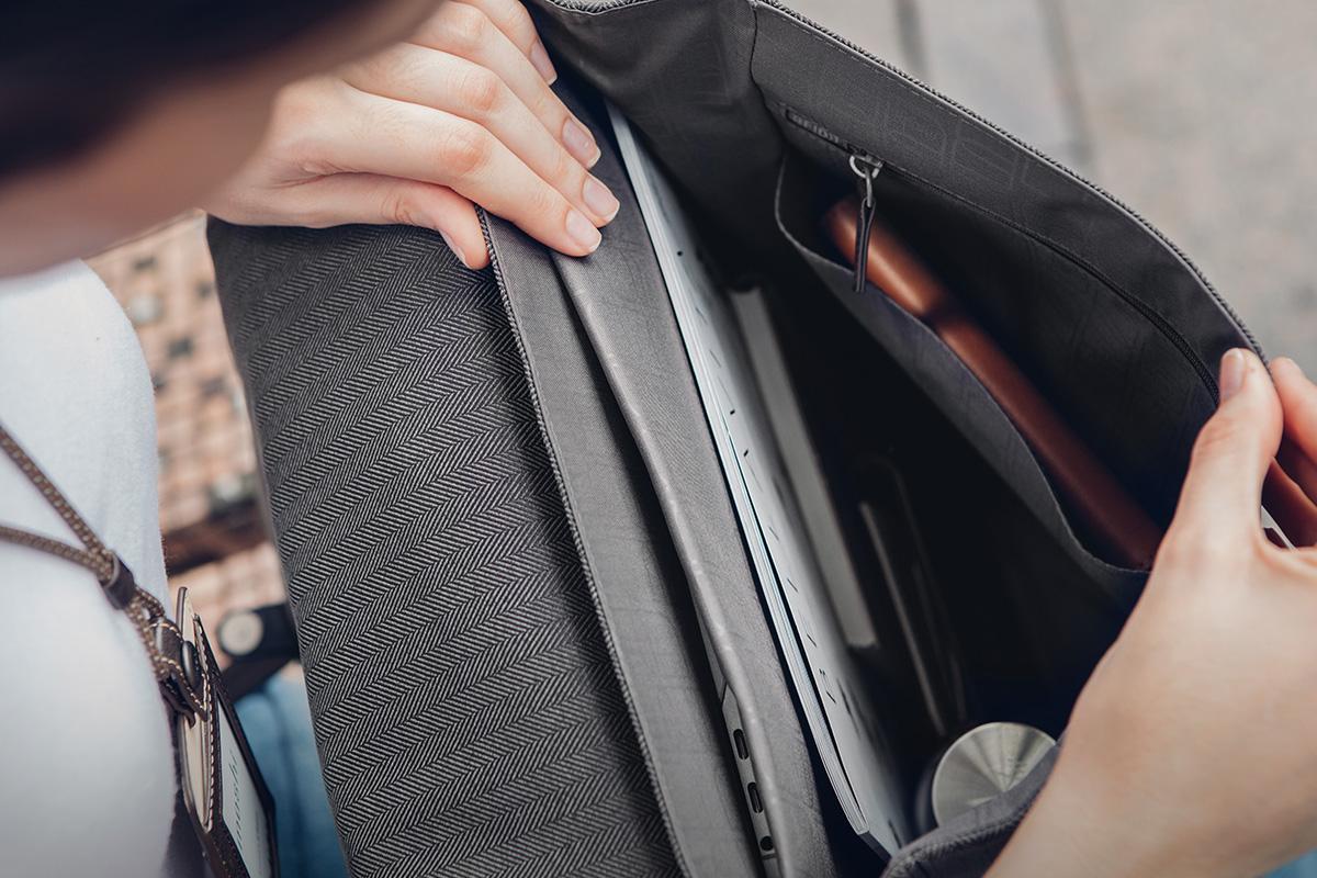 バッグ内部の数々の仕切りにはペン、充電器、スマートフォン、ケーブルなどのアクセサリーを収納できます。