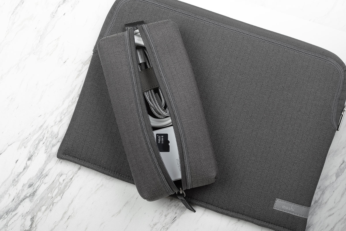 经常容易忘记的小配件,如 SD 卡、入耳式耳机、U 盘等。
