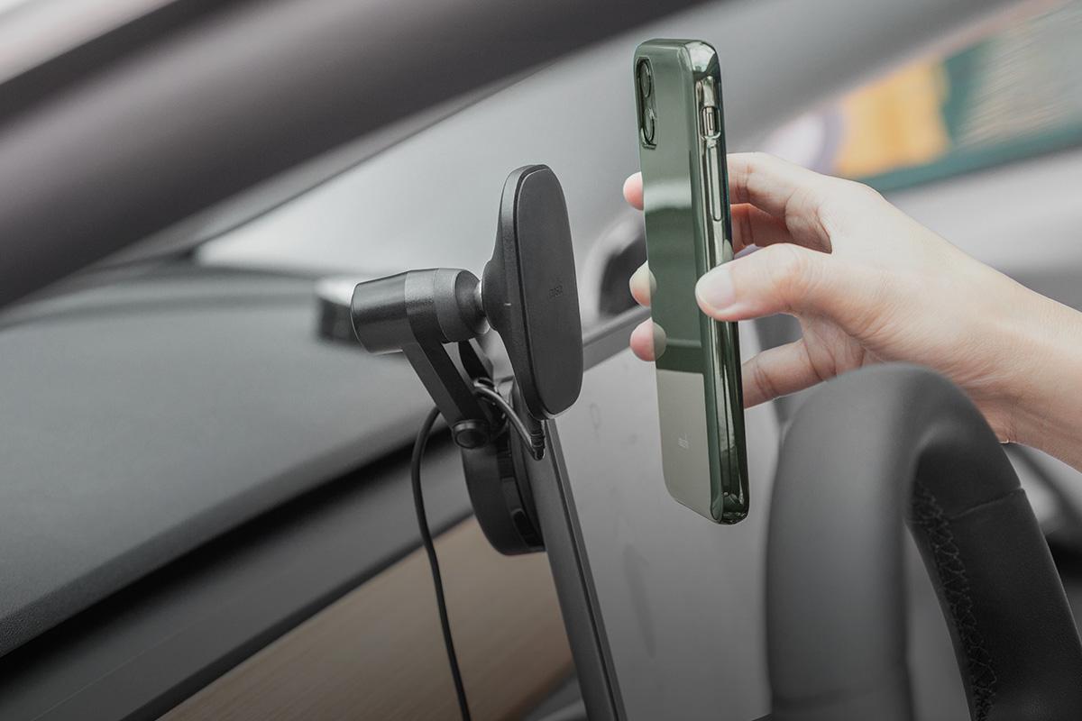 Für die Befestigung und das Aufladen Ihres Smartphones genügt eine Hand.