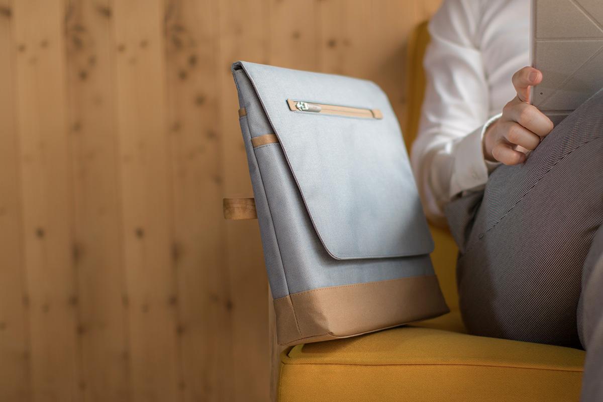 iPadなどの大切な機器を持ち運ぶために設計された縦長軽量のメッセンジャーバッグです。