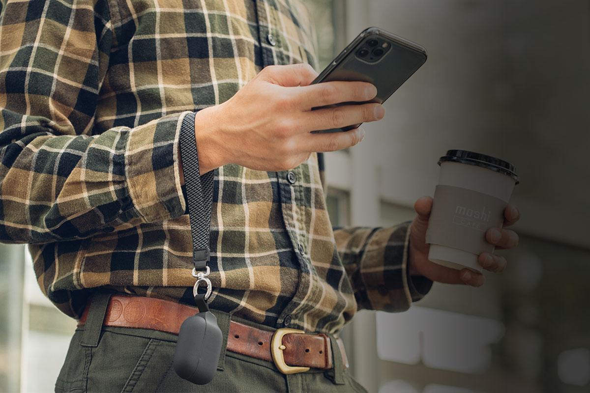 Tragen Sie Ihre AirPods Pro bequem mit sich oder befestigen Sie sie sicher unterwegs.