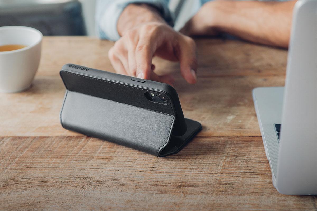 Установите телефон на специальную подставку, чтобы освободить руки при просмотре видео.