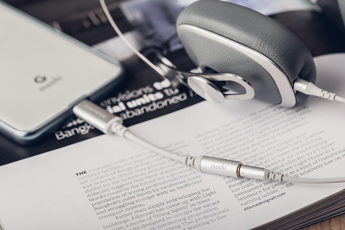 使用 3.5mm 耳機讓您連接 USB-C 裝置聆聽音樂。