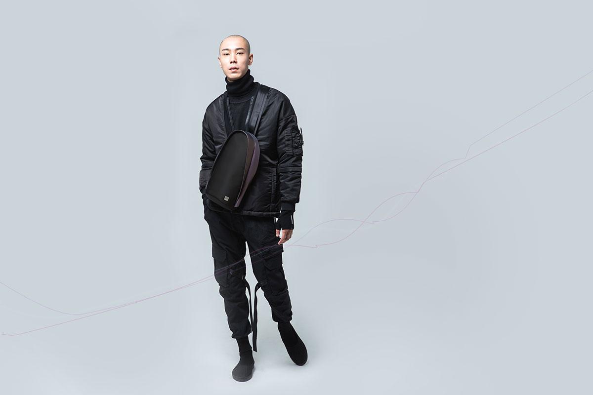Конструкция лямки рюкзака позволяет носить его как на левом, так и на правом плече.