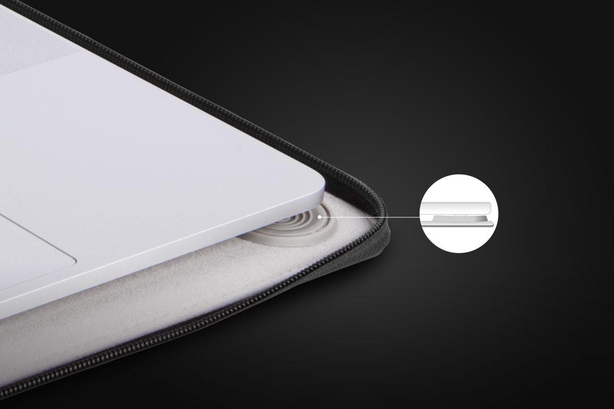 La base de silicona elevada del forro interior mantiene tu MacBook en su sitio.
