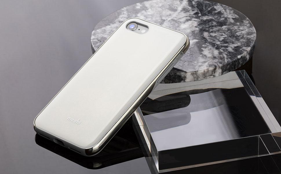 Mit eleganter glasartiger Struktur und silbernem Metallrahmen