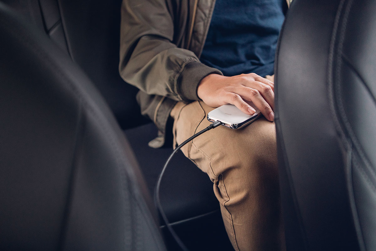 Mit einer Reichweite von bis zu 3 Metern können selbst Mitfahrer auf dem Auto-Rücksitz mit Strom versorgt werden.