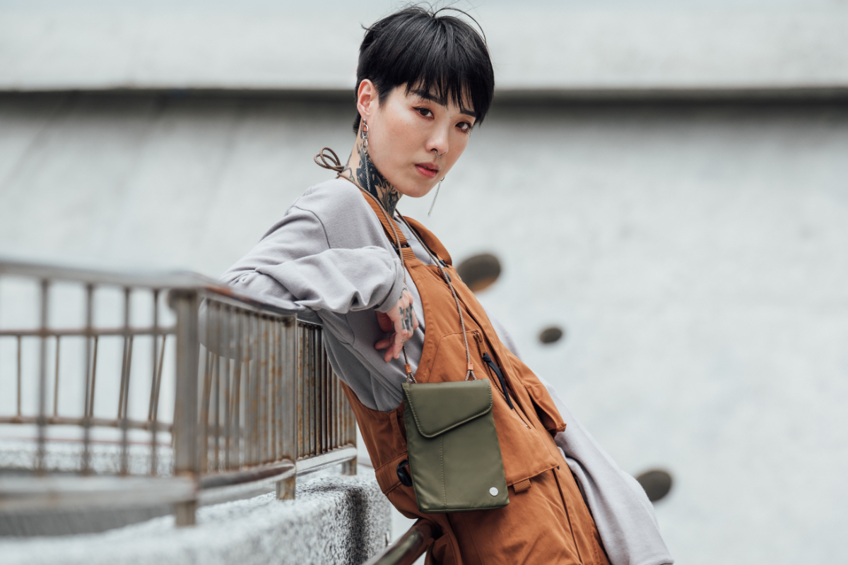 From day to night, Aro Mini's minimalist design complements any outfit and is ideal for urban excursions or evening adventures. Lightweight and compact, it has enough room for your essential items and keeps your pockets free of bulk.