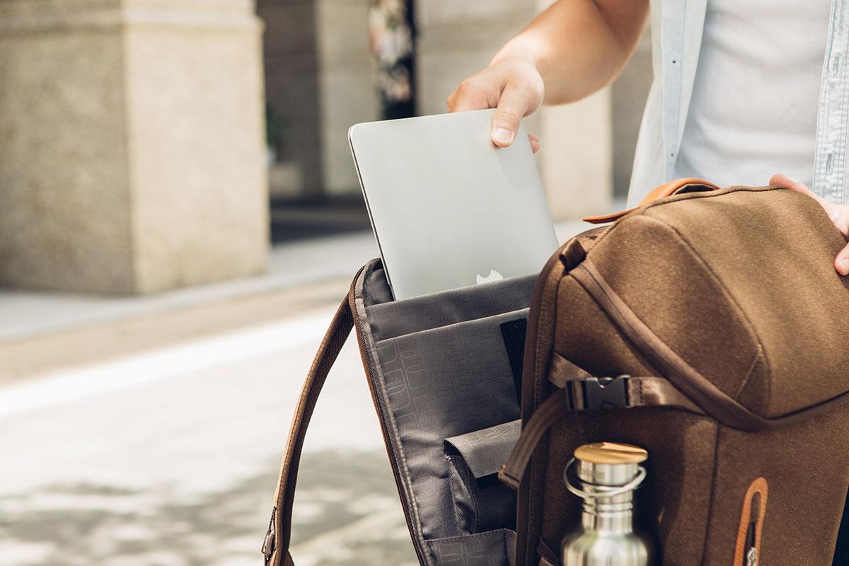 十分なクッションのあるコンパートメントには、15 インチまでのラップトップを収納することができます。また、iPad やその他アクセサリに使用できるポケットが含まれています。