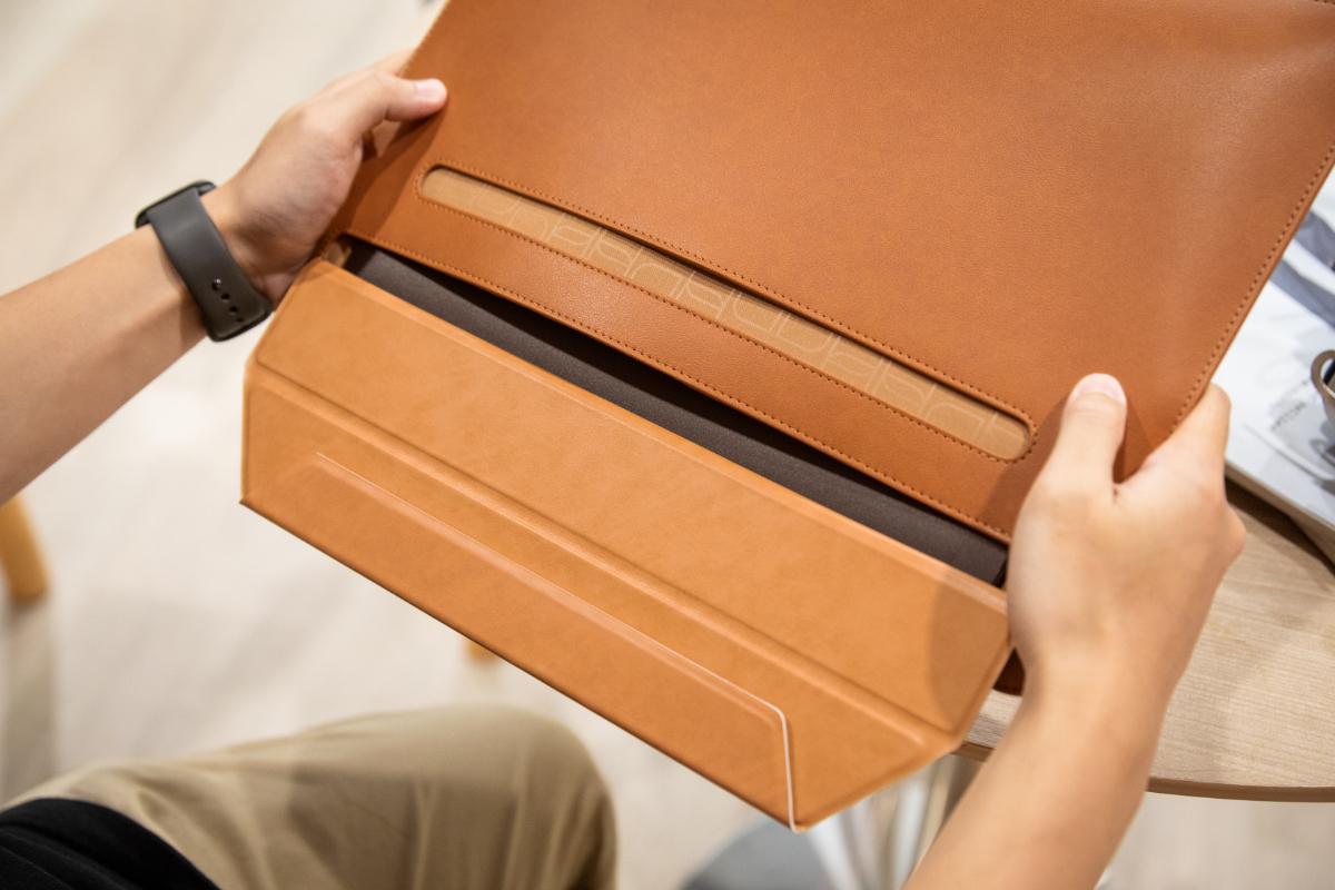 当物品收纳于 Muse 当中时,SlipGrip™ 的360°旋转防倾倒设计,能放心收纳笔记本电脑,防止不慎滑落造成意外损害。