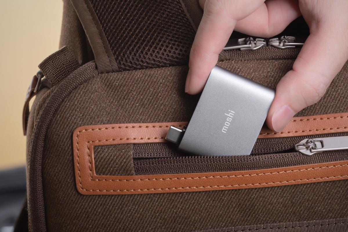 コンパクトサイズなのでポケット、ラップトップ用バッグ、またはブリーフケースに簡単に収まります。 アルミニウム素材は耐久性を高め、電磁波干渉を低減します。