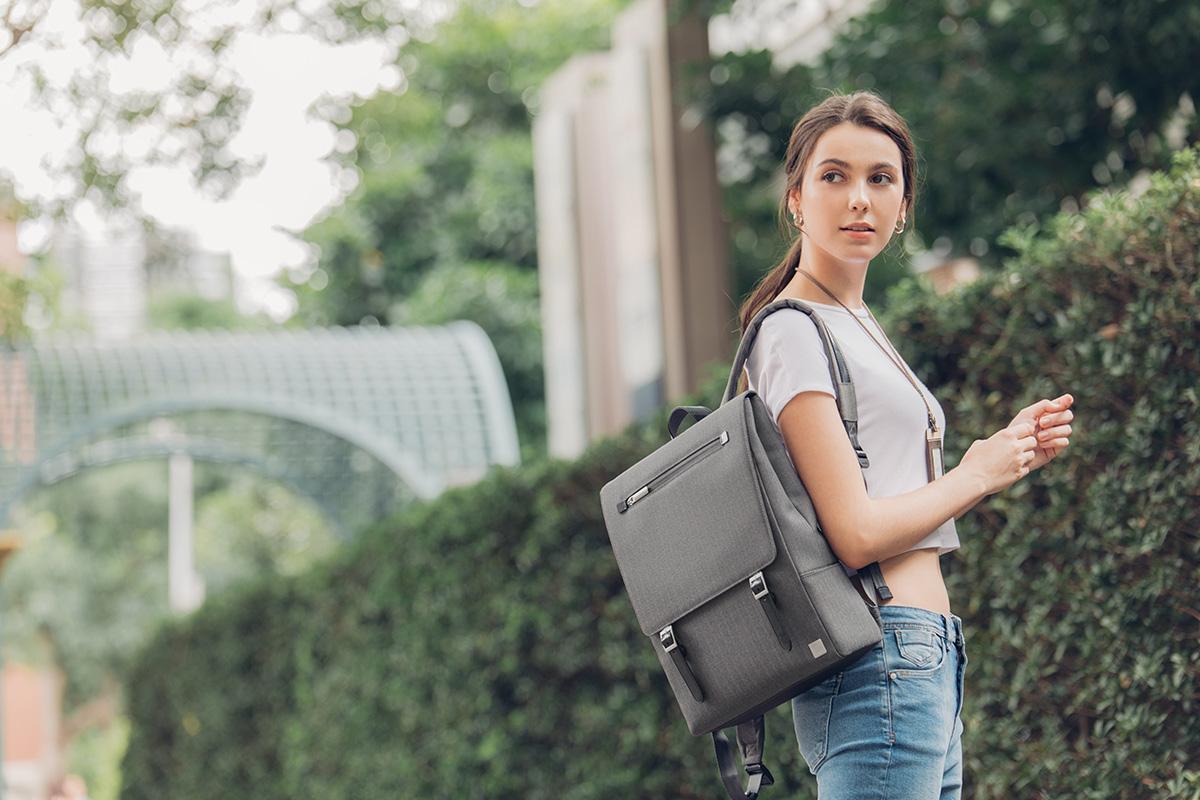 Рюкзак Helios Lite выполнен из легких водонепроницаемых тканей со стильными вставками из веган кожи.