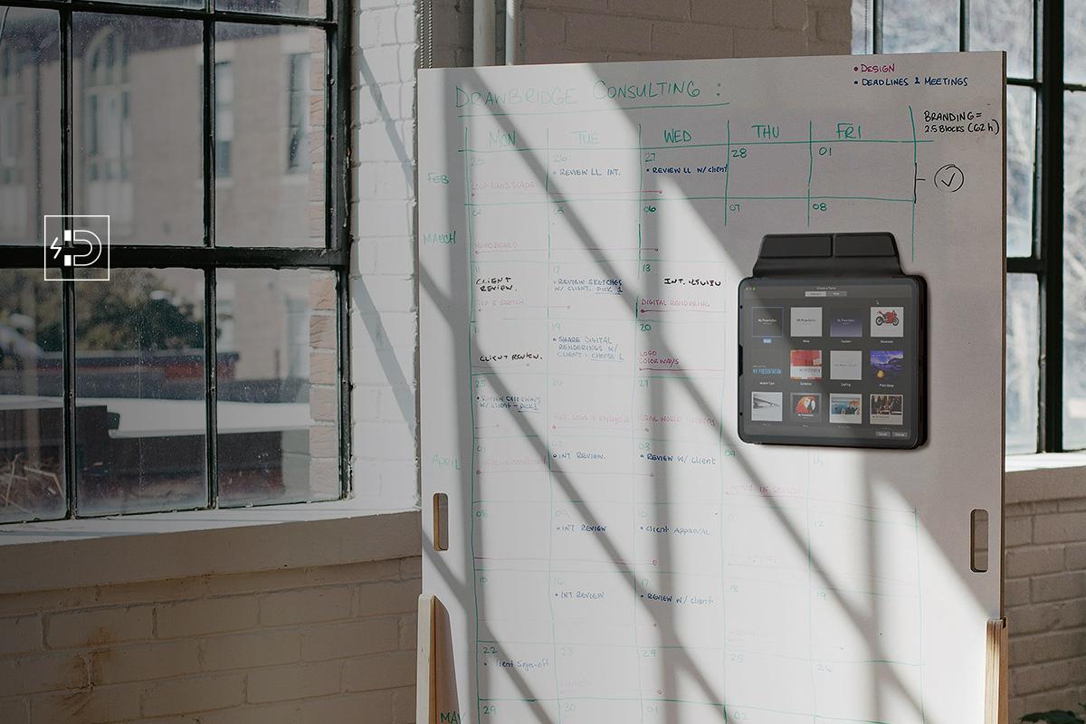 Befestigen Sie VersaCover magnetisch an einem Whiteboard, um Videos und andere Online-Inhalte während des Unterrichts in der Nähe zu halten.