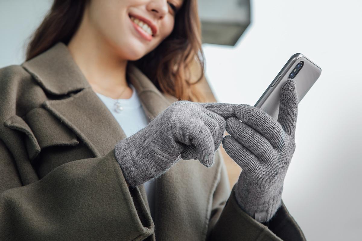 一款兼具觸控與防滑功能的保暖手套,在冬天裡不用脫掉手套,也能操控手機螢幕。