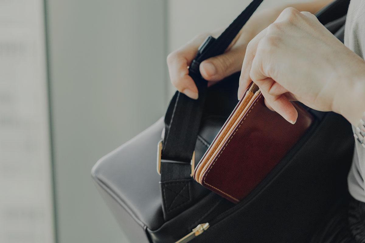 贴背的拿破仑式拉链袋,可安全收纳贵重物品,安全且方便拿取。