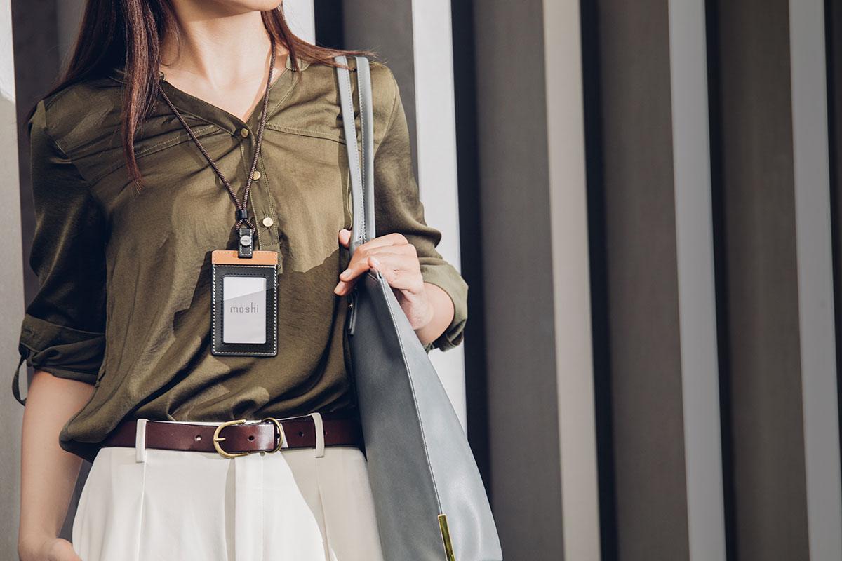 以柔軟的人造皮革打造,搭配金屬裝飾,可增添您的專業形象。