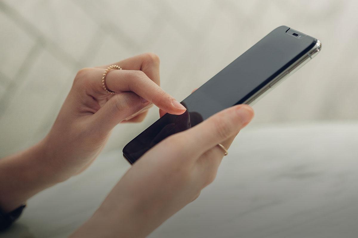 Олеофобная поверхность отталкивает жир, находящийся на ваших пальцах и приводящий к появлению отпечатков и пятен.