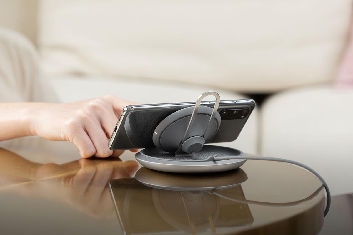 Im Querformat können Sie bequem Videos ansehen und gleichzeitig Ihr Telefon drahtlos aufladen.
