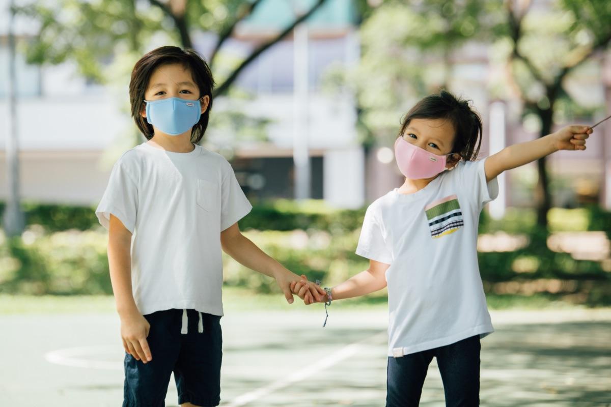 Специально разработанные для лиц малого размера со встроенной проволокой для закрепления на носу, чтобы идеально соответствовать контуру лица вашего ребенка, маски OmniGuard™ доступны в двух ярких расцветках - небесно-голубой и розовой, позволяя вашим детям легко сочетать и комбинировать их со своей одеждой.
