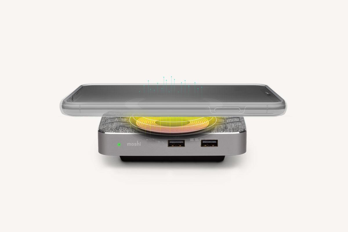 Symbus Q 在顶部设置了时尚的 15W Qi 认证无线充电板,支持 Apple (7.5W) 和 Samsung (10W) 快速充电,采用 Moshi 先进的 Q-coil™技术,可通过 5 毫米厚度的外壳进行充电。内置智能 LED 显示充电状态,避免因为手机和充电线未对准而丢失宝贵的充电时间。