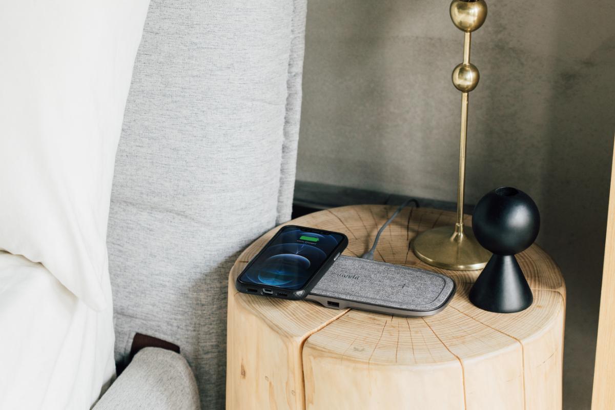 Sette Q имеет красивый внешний вид благодаря ткани с мягкой и минималистичной текстурой, которая легко вписывается в любую комнату или рабочее пространство. Сверху расположено кольцо с нескользящей поверхностью, которое надежно удерживает устройства на площадке, обеспечивая их оптимальное расположение над зарядными катушками.
