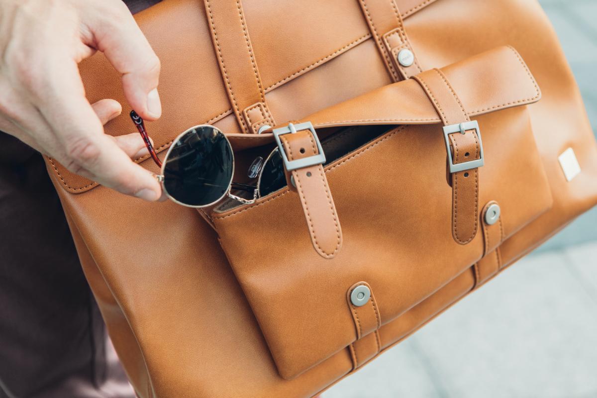 Das vordere Fach der Tasche ist mit Mikrofaser gefüttert, um empfindliche Gegenstände wie Ihr Smartphone oder Ihre Sonnenbrille aufzunehmen. Magnetische Schnappverschlüsse sorgen dafür, dass Ihre Sachen sicher und doch leicht zugänglich sind.