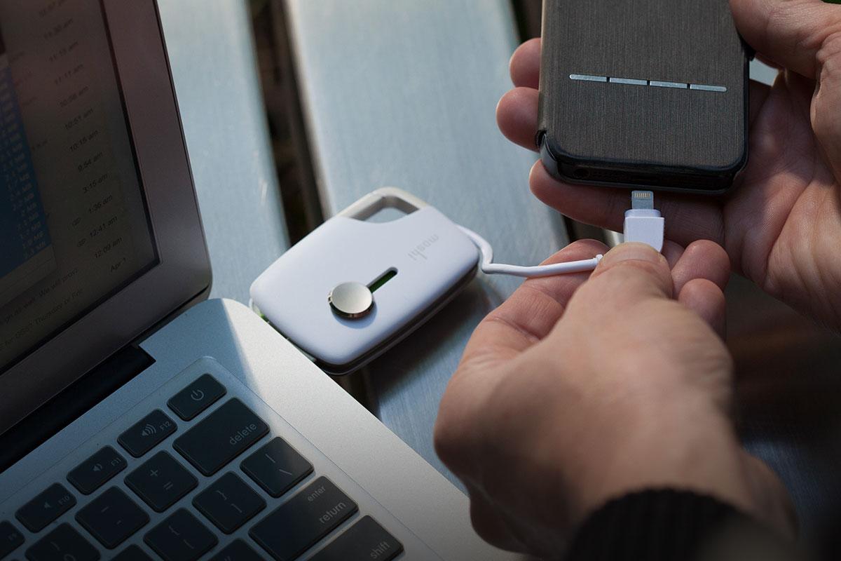 Grâce au câble Lightning intégré, vous êtes toujours équipé pour charger votre appareil en déplacement.