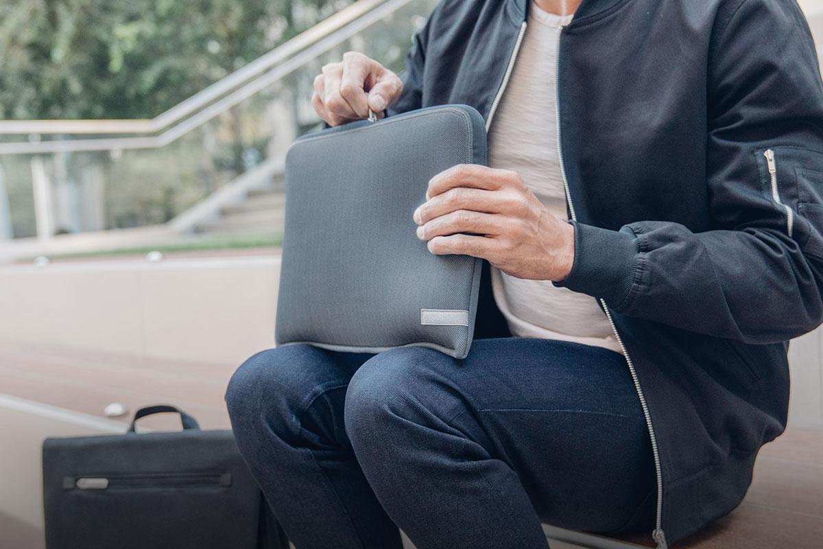 Mantén tu portátil seguro con el compartimento con cremallera completa de Pluma.