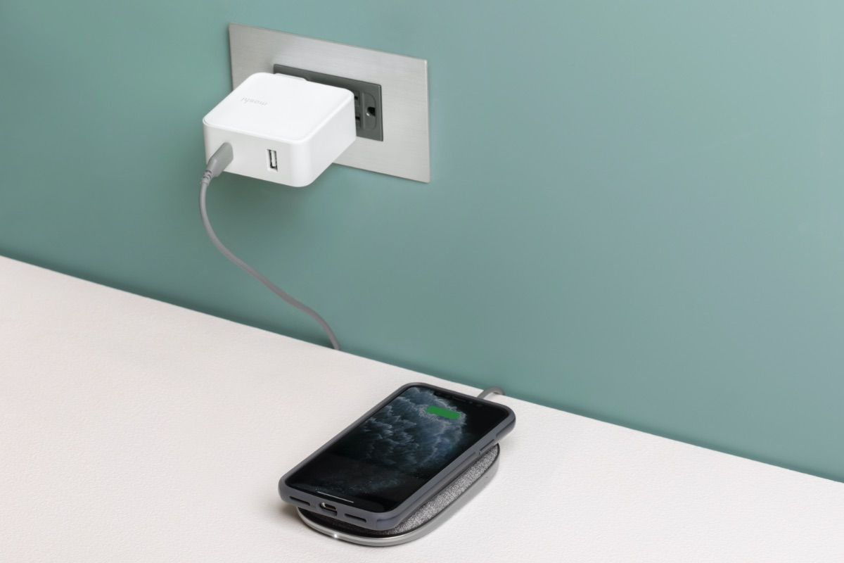 Never again be tied to a wall outlet for wireless charging. Take Porto Q with you to charge wirelessly no matter where you are. When you're at home, simply plug in to a wall outlet to recharge the battery as well as use Porto Q as a standard desktop wireless charger.