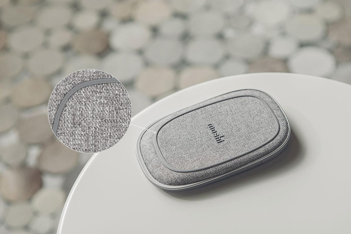 表面柔软的面料可以保护您的设备不被刮伤,防滑表圈和底座可防止无线充电器和设备滑动,保持稳定的充电质量。