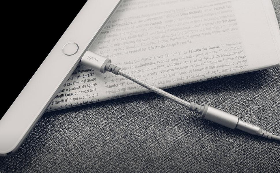 可以连接任何常规 3.5mm 端口耳机在 iPhone 或 iPad 设备上(iOS 10 或以上版本)聆听音乐。