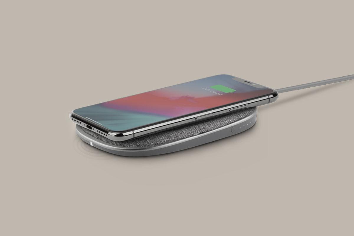 Porto Q 5K のスマート LED を通じて携帯電話の充電状態を一目で確認できます。デバイスの充電中は LED がゆっくり点滅します。