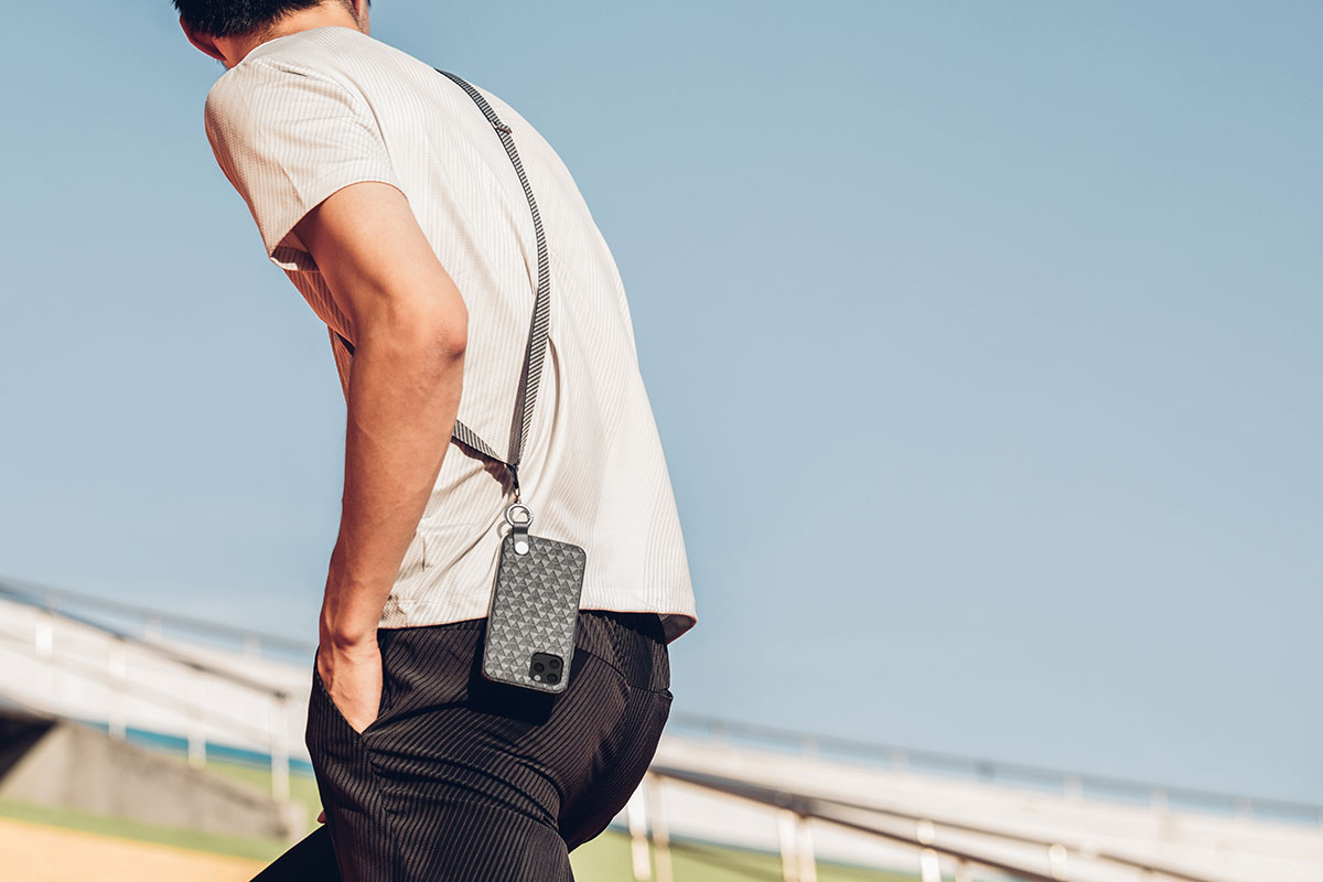 スマートフォンを斜め掛けしたり肩や首の周りに掛けてみましょう。