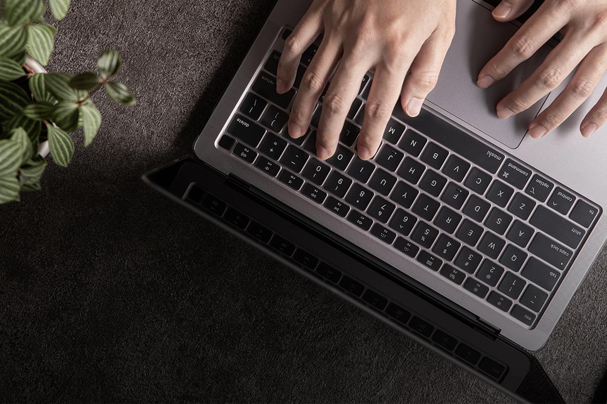 高精度一体成型技术紧密贴合键盘,提高打字时的触觉体验。