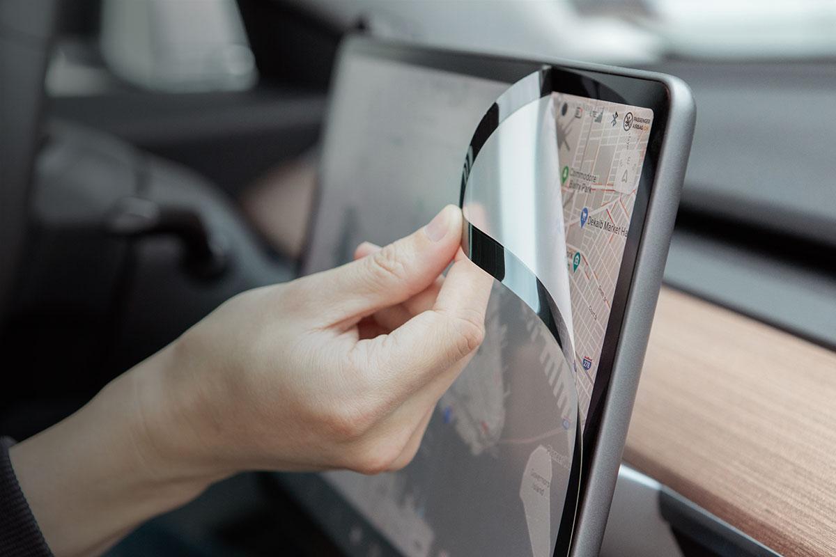 Dank des patentierten Designs von Moshi ist iVisor der einzige Bildschirmschutz für Model 3, der zu 100 % blasenfrei ist.