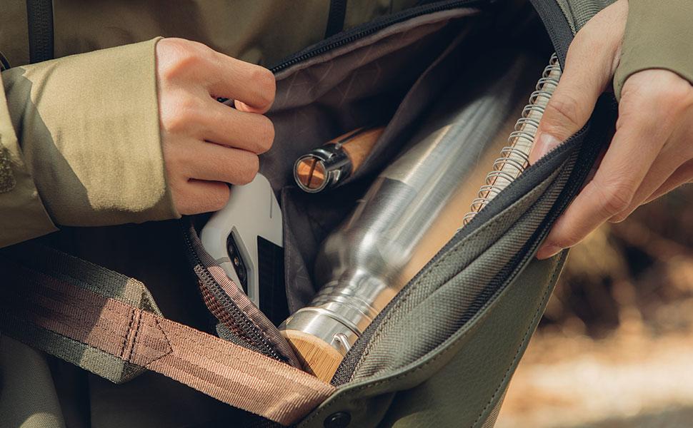 Su compacto interior incluye algunos compartimentos para smartphones y otros dispositivos pequeños.