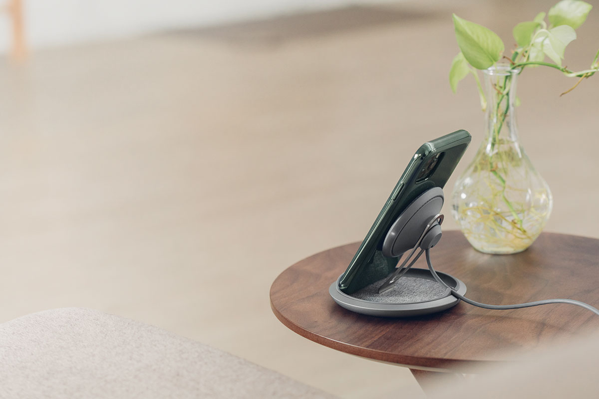 Lounge Q 直立可調式無線充電盤為手機充電時,能讓手機保持在平視視野,任何畫面動態一覽無遺,不再錯失重要來電或通知。