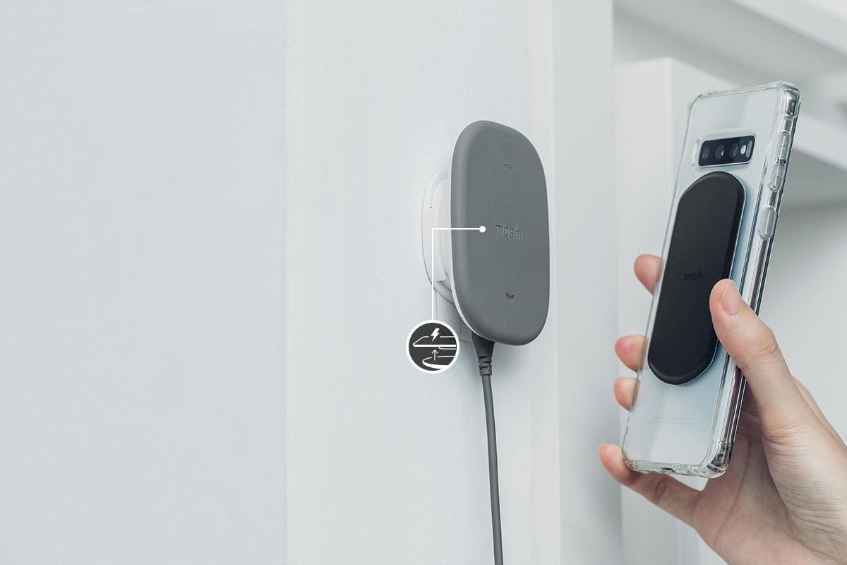 將手機通用引磁貼片安裝於裝置中央*,以利支援無線充電*。附簡易調正工具。*由於背面指紋感測器的設計,故並非所有裝置上皆能保證將手機通用引磁貼片安裝於裝置中央。並且非所有裝置皆能適用於無線充電功能,如需了解更多,請參閱使用說明。