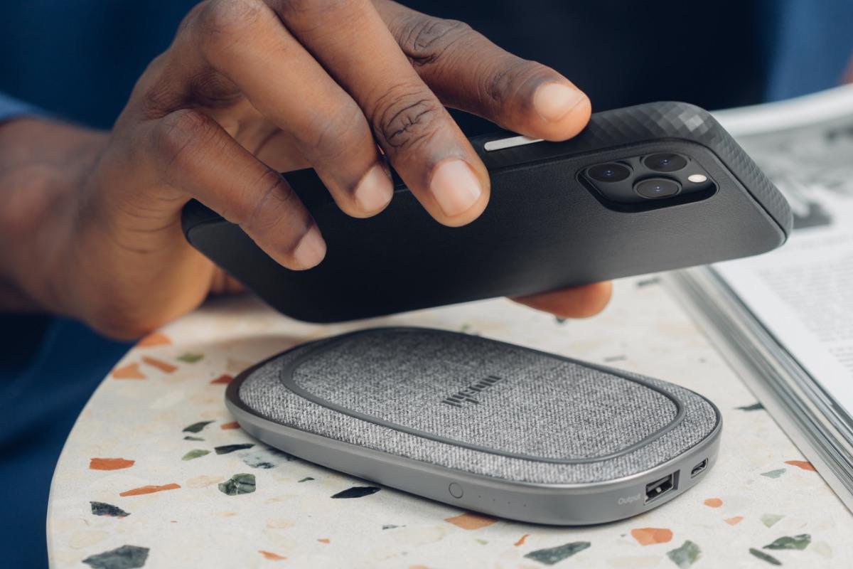 Overture 可拆式磁吸卡夾為全封式設計,能全面防護手機的相機鏡頭,拆下後即可拍照及支援無線充電。