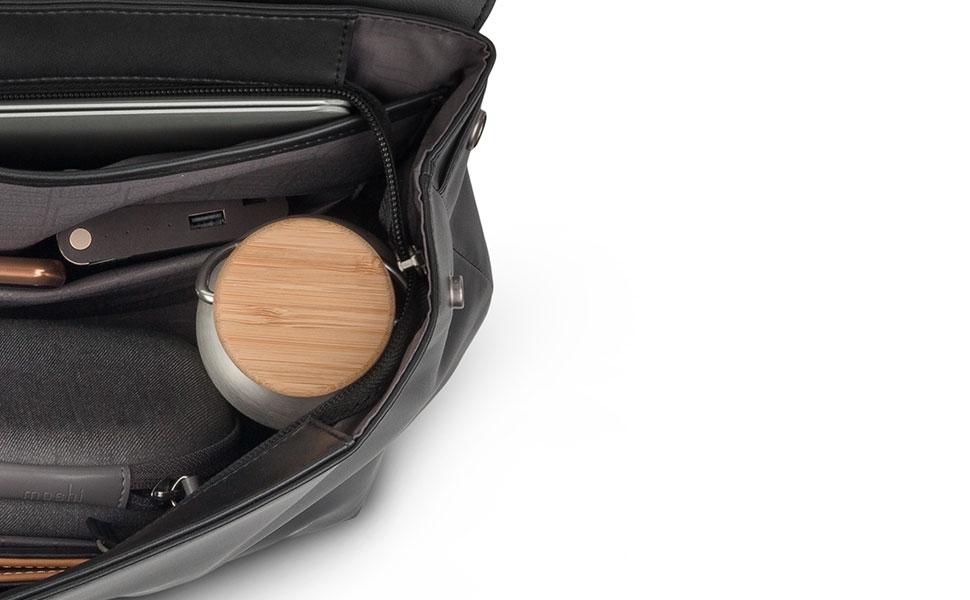 所持品を全面開口のジッパー付きメインスペースに安全に保管。