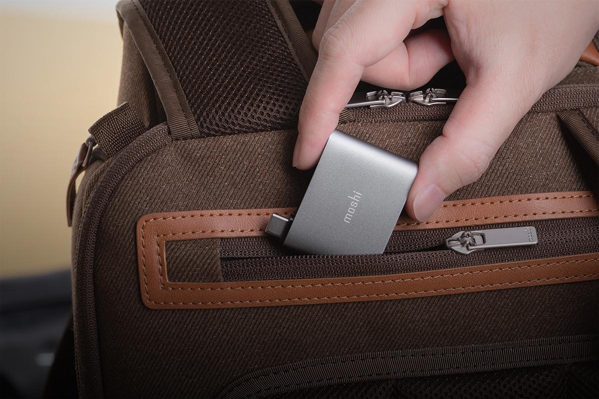 小巧尺寸可直接放入筆電包,更能隨身放置口袋中。